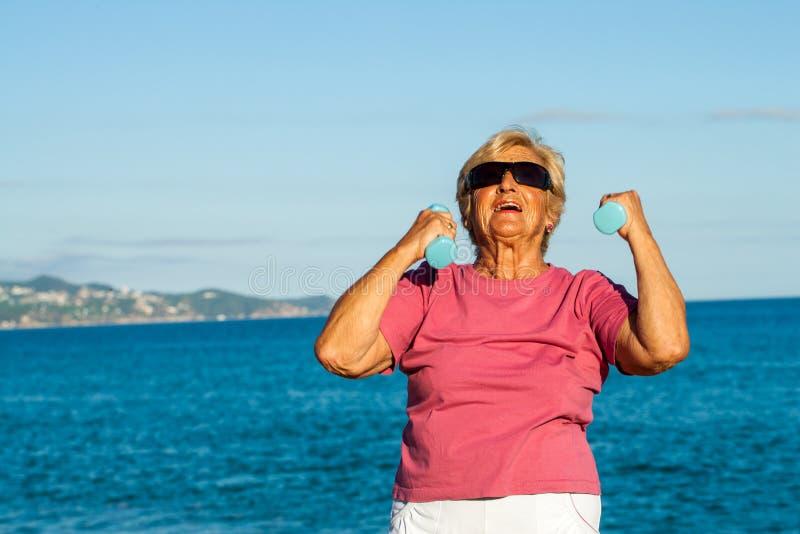 Starsza kobieta kształtująca up na plaży. zdjęcia royalty free