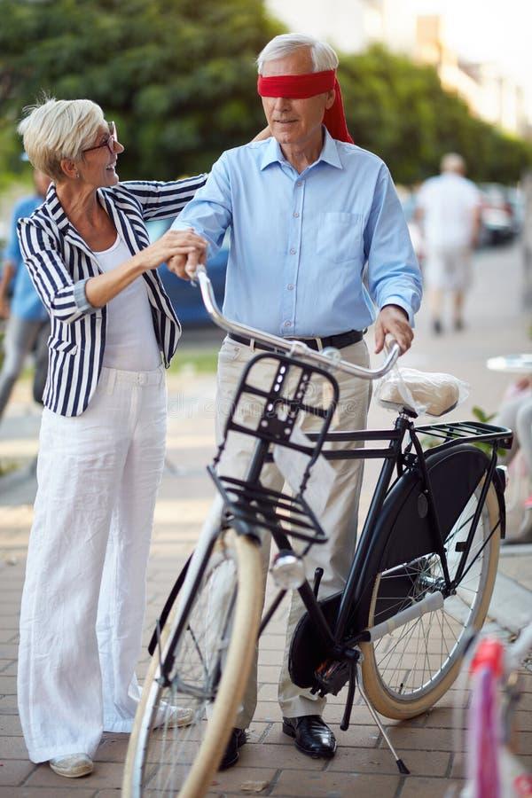 Starsza kobieta kupuje nowego bicykl dla niespodzianki fotografia royalty free