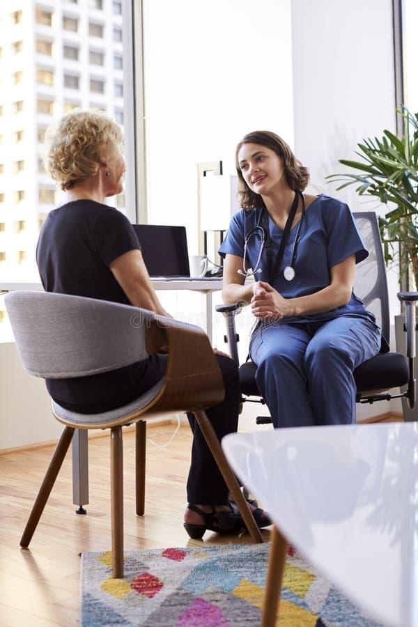 Starsza kobieta Ma konsultację Z kobiet Doktorskimi Jest ubranym pętaczkami W Szpitalnym biurze fotografia royalty free