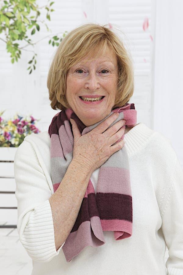 Starsza kobieta ma zimno fotografia stock