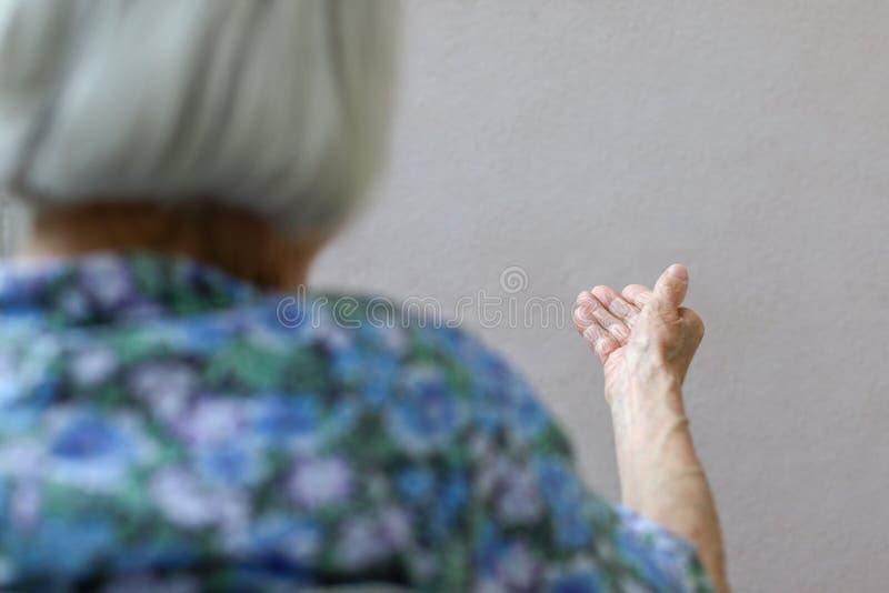 Starsza kobieta, marszcząca ręki palma Starej damy ręka Starsza dama czekać na pomoc Starszy pojęcie z światłem fotografia stock
