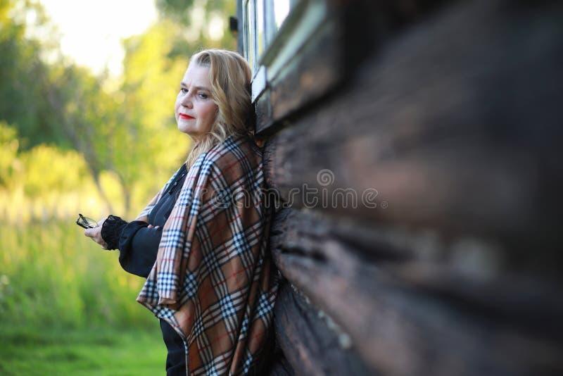 Starsza kobieta na ganeczku dom obrazy stock