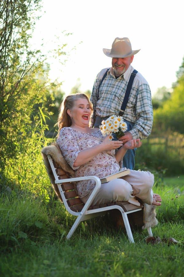 Starsza kobieta na ganeczku dom fotografia royalty free