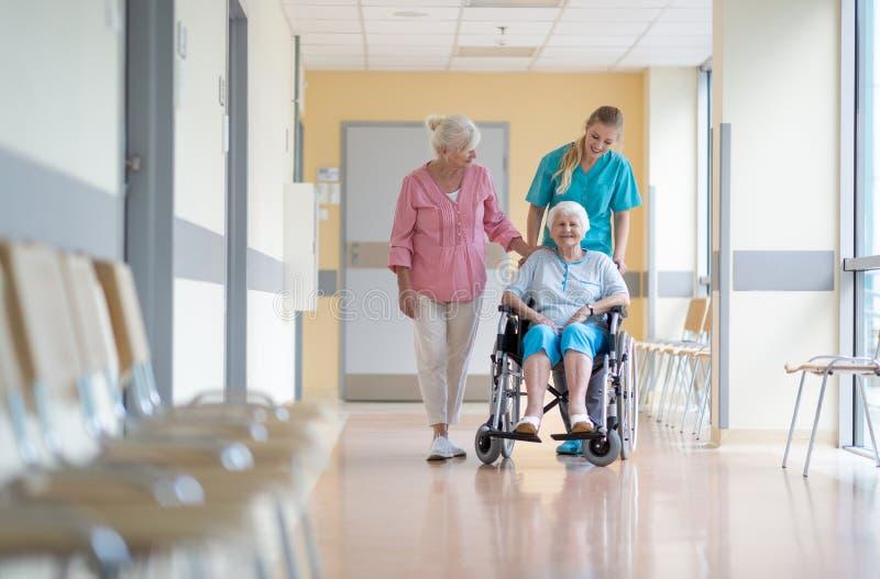 Starsza kobieta na wózku inwalidzkim w szpitalu obraz stock
