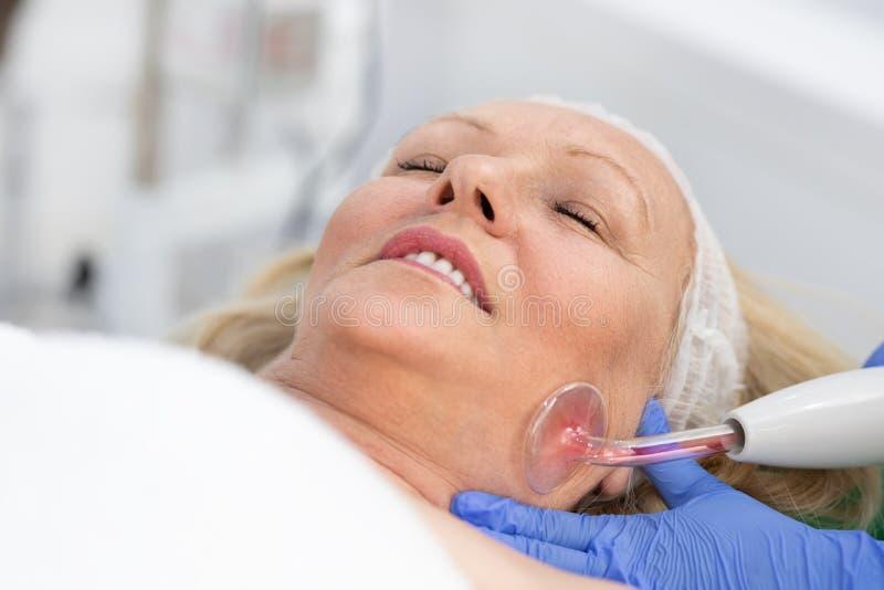 Starsza kobieta odwiedza? dermatologa zdjęcie stock
