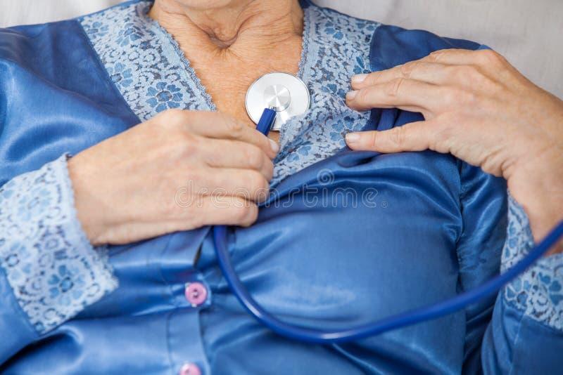Starsza kobieta ono Egzamininuje Z stetoskopem zdjęcia royalty free