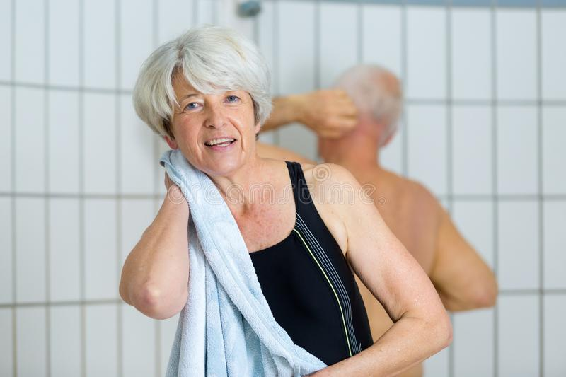 Starsza kobieta ono wyciera z ręcznikiem obrazy royalty free