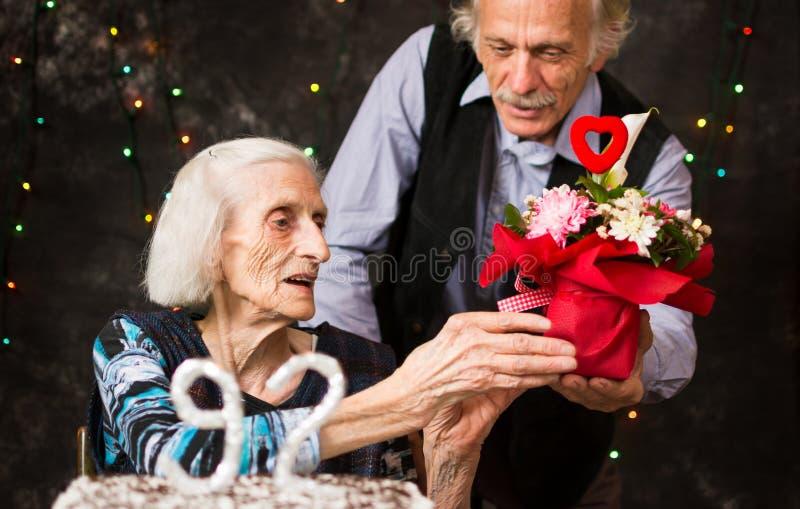 Starsza kobieta otrzymywa prezent urodzinowego obraz stock