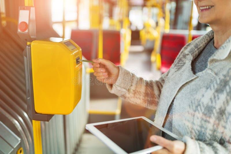 Starsza kobieta potwierdza bilet obraz stock