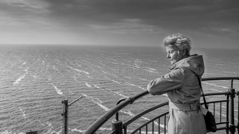 Starsza kobieta przegapia Burzowego jezioro zdjęcia royalty free