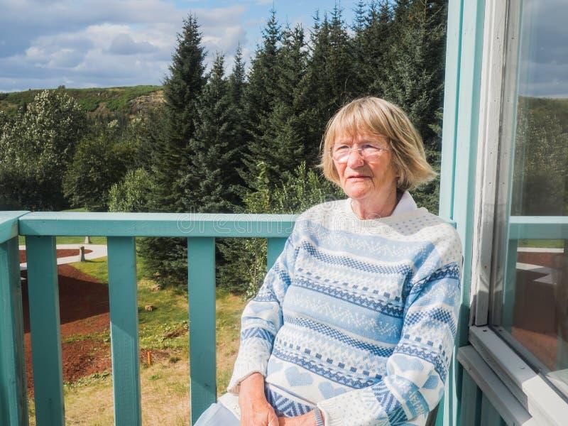 Starsza kobieta przy balkonem fotografia royalty free