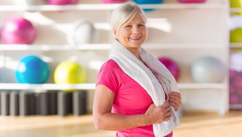 Starsza kobieta przy gym obrazy stock