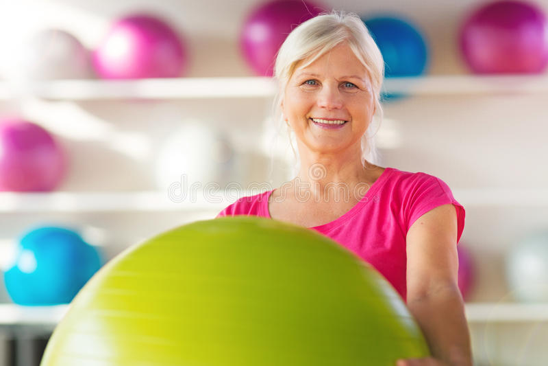 Starsza kobieta przy gym fotografia stock