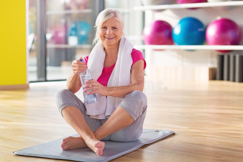 Starsza kobieta przy gym zdjęcie stock
