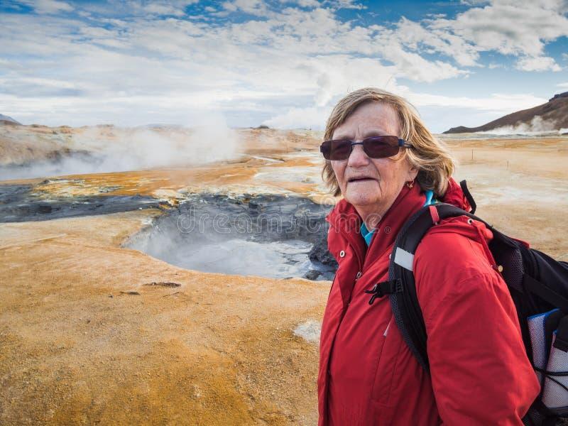 Starsza kobieta przy Hverir, geotermiczny teren w północnym Iceland obrazy stock
