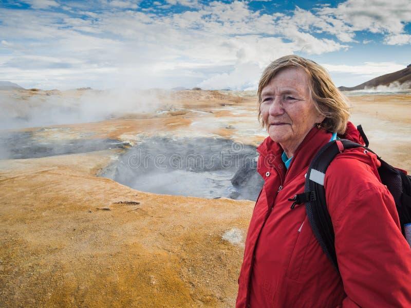 Starsza kobieta przy Hverir, geotermiczny teren w północnym Iceland fotografia royalty free