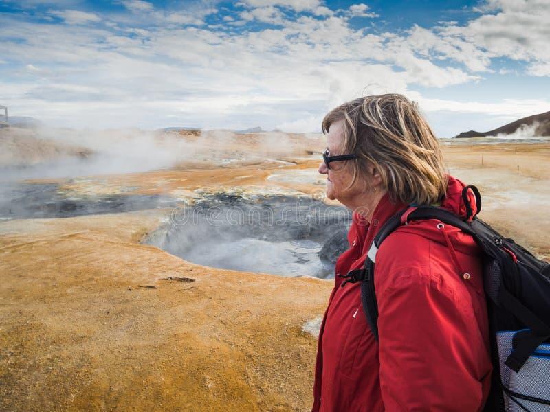 Starsza kobieta przy Hverir, geotermiczny teren w północnym Iceland obrazy royalty free