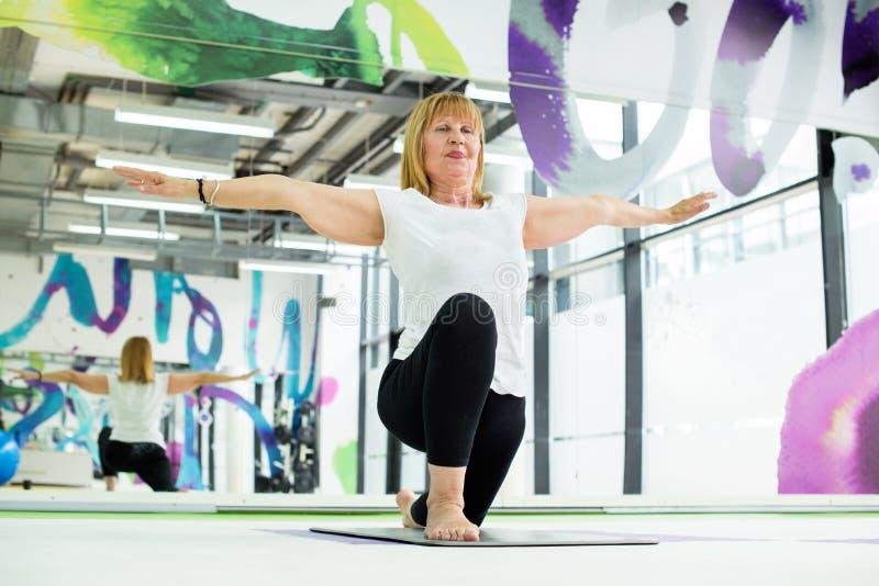 Starsza kobieta przy joga klasą obraz stock