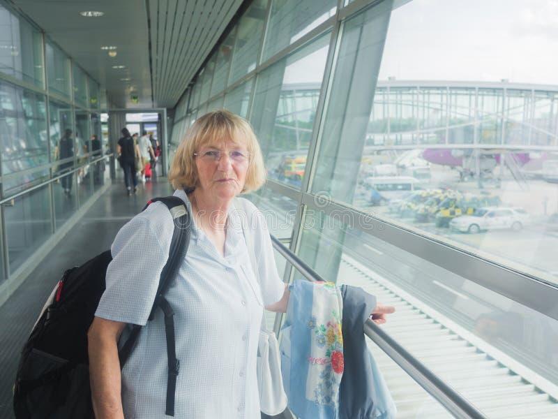 Starsza kobieta przy lotniskiem zdjęcie stock