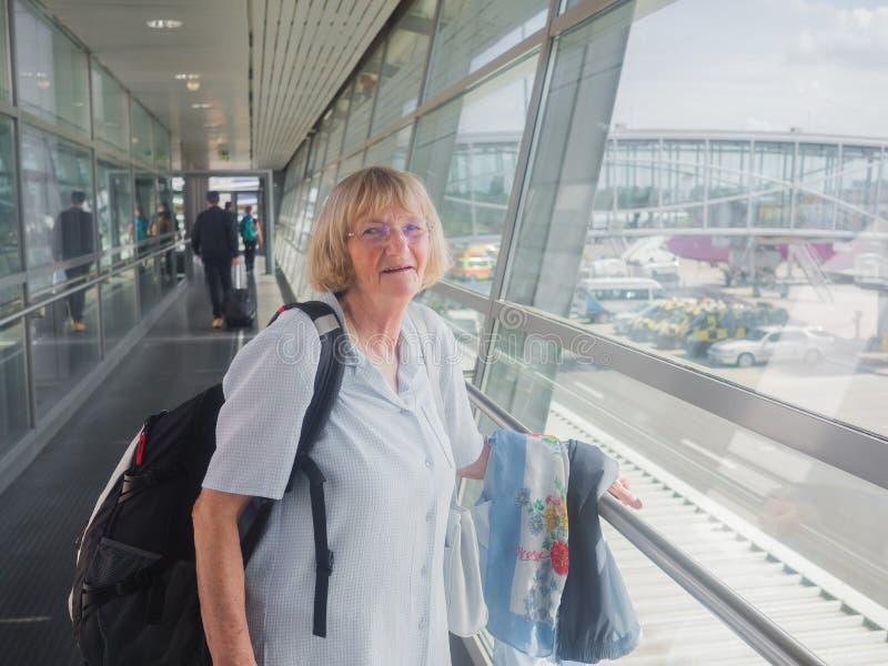 Starsza kobieta przy lotniskiem zdjęcia stock