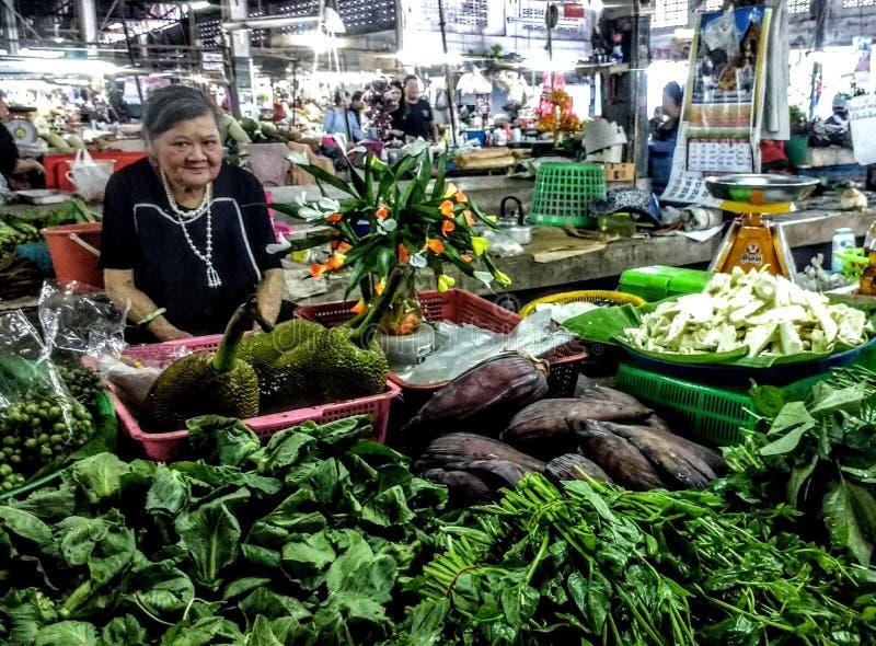 Starsza kobieta przy Tajlandzkim rynkiem zdjęcie royalty free