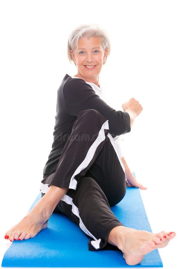 Starsza kobieta przy treningiem obraz stock