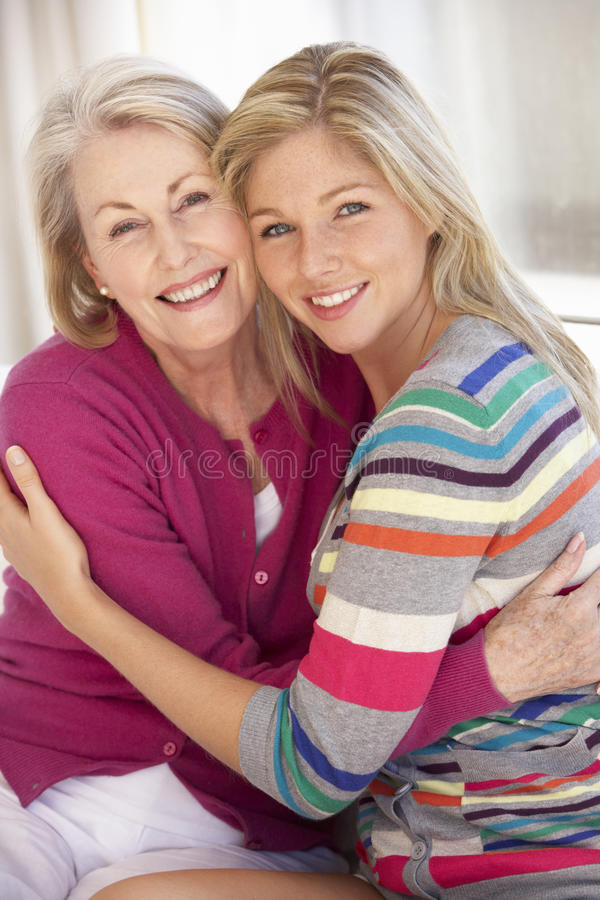 Starsza kobieta Relaksuje W Domu Z Dorosłą córką obraz stock