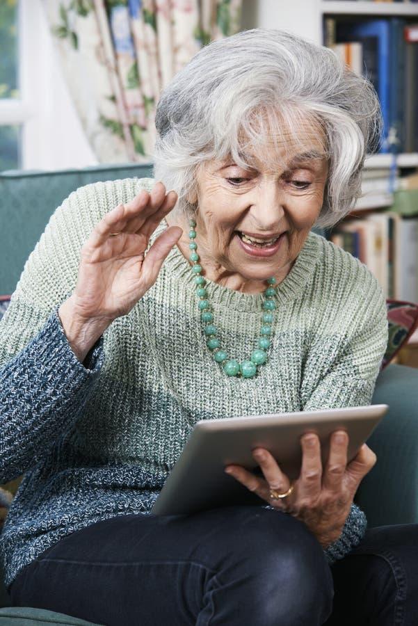 Starsza kobieta Robi wideo Wywoławczej Używa Cyfrowej pastylce obrazy stock