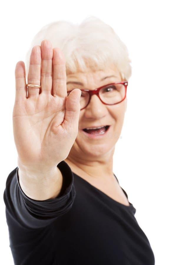 Starsza kobieta seansu przerwa obrazy royalty free