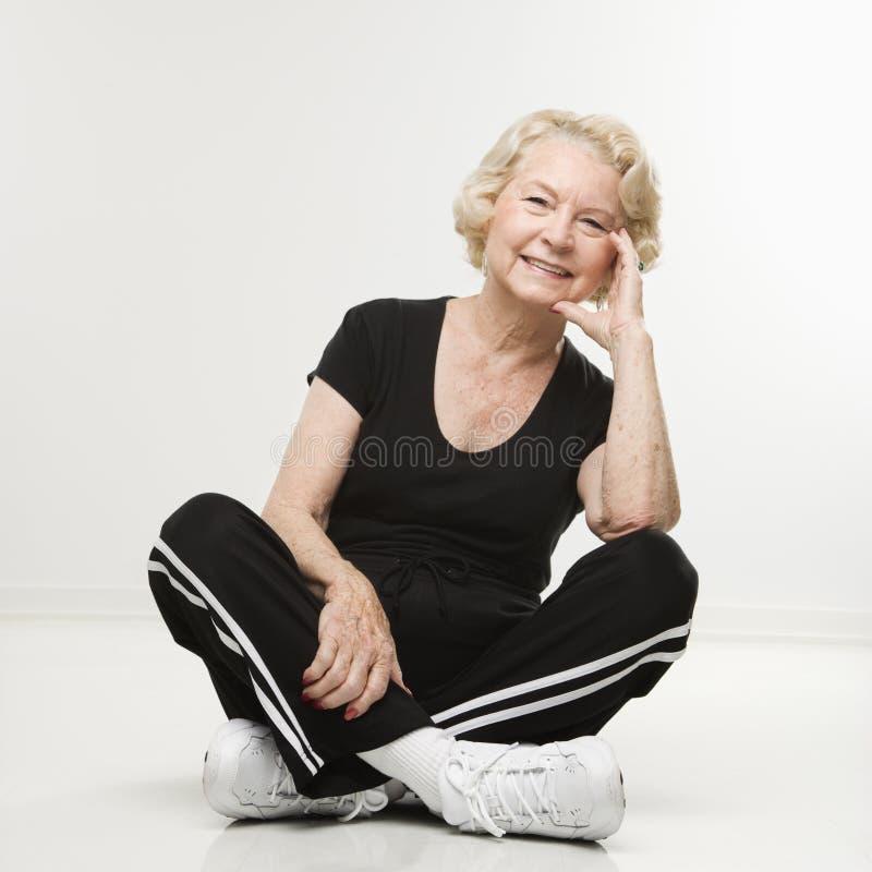 starsza kobieta siedząca obrazy stock