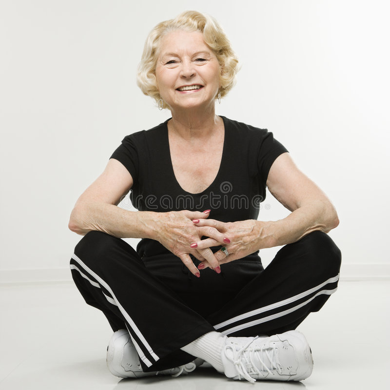starsza kobieta siedząca obrazy royalty free