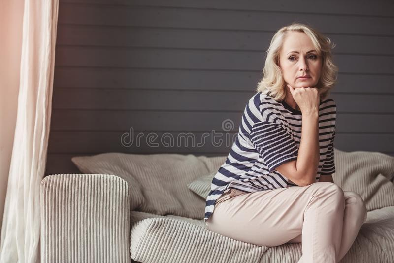 starsza kobieta smutna obrazy stock