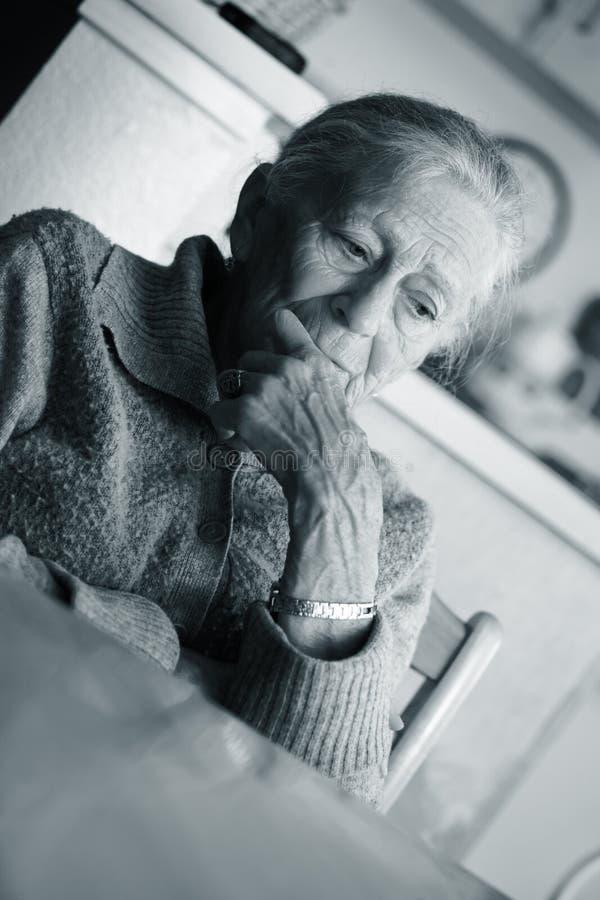 starsza kobieta smutna zdjęcie royalty free