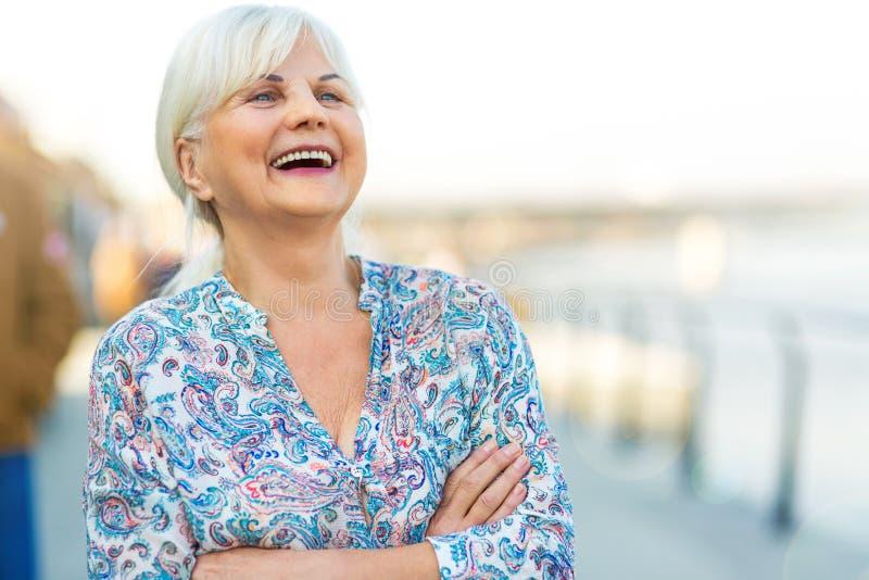 Starsza kobieta stoi outdoors zdjęcia stock