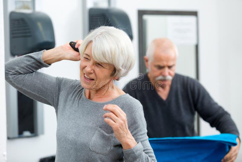 Starsza kobieta suszy dłonie zdjęcia stock