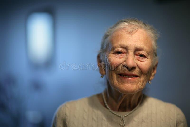 starsza kobieta szczęśliwa obrazy royalty free