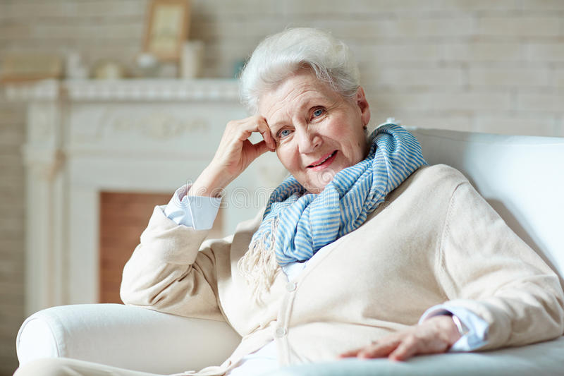 starsza kobieta szczęśliwa zdjęcie royalty free