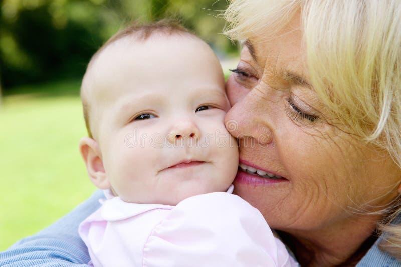 Starsza kobieta trzyma ślicznego dziecka obrazy royalty free
