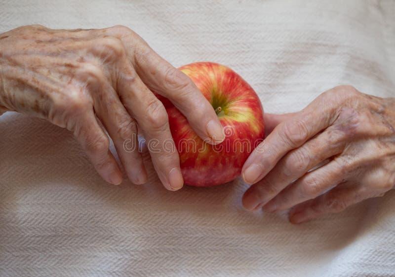Starsza kobieta Trzyma Apple Fotografujący z góry obrazy stock