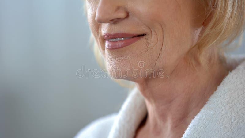 Starsza kobieta uśmiecha się jej strój i cieszy się, przygotowywa dla daty, zakończenie w górę obraz royalty free