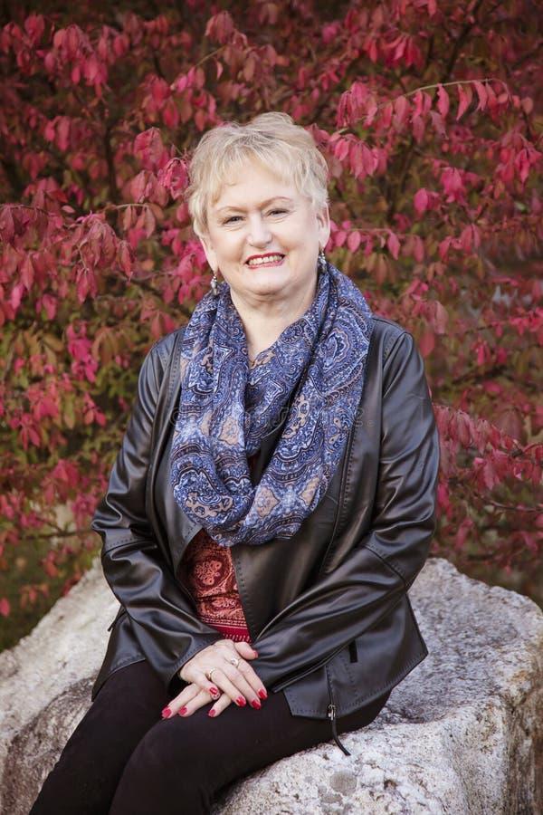 starsza kobieta uśmiechnięta zdjęcie stock