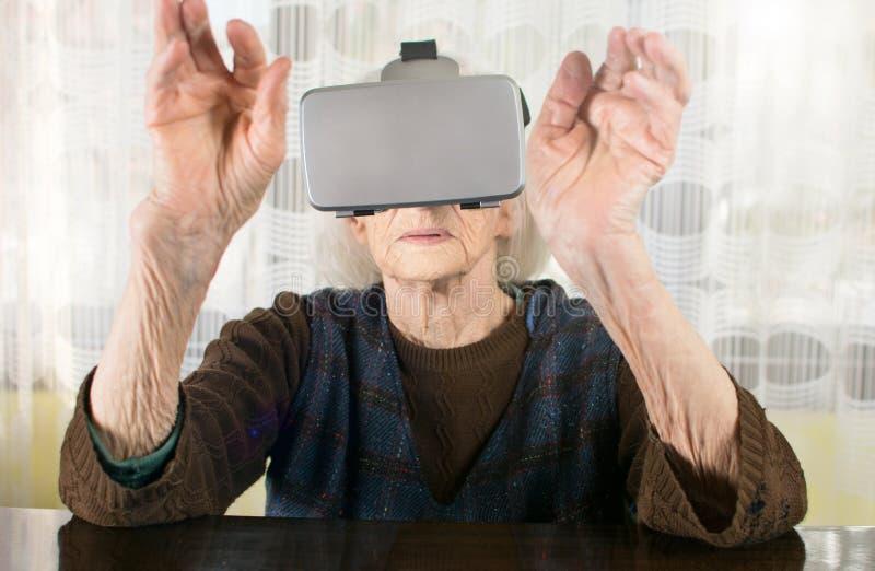 Starsza kobieta używa rzeczywistość wirtualna gogle obraz royalty free