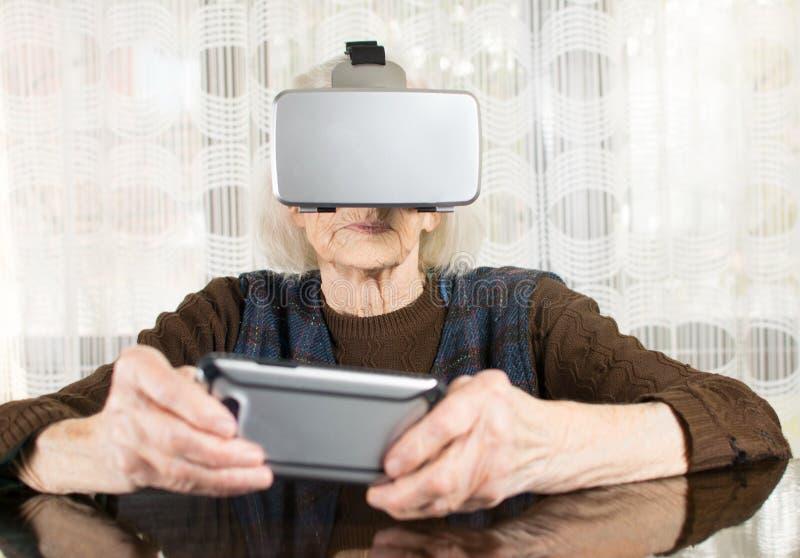 Starsza kobieta używa rzeczywistość wirtualna gogle obrazy royalty free