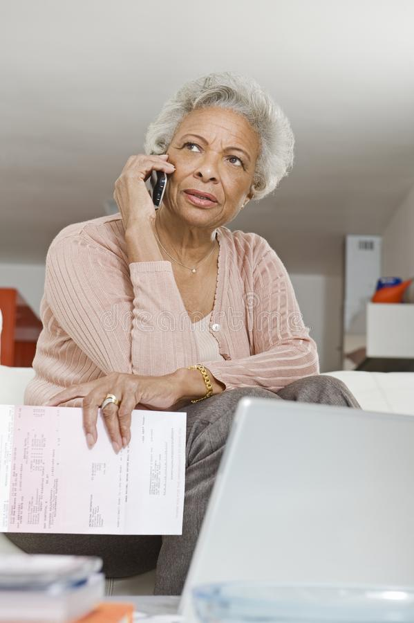 Starsza kobieta Używa telefon komórkowego obraz royalty free