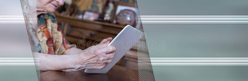 Starsza kobieta u?ywa pastylk? sztandar panoramiczny obraz stock