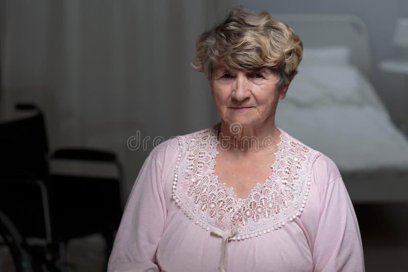 Starsza kobieta w karmiącym domu zdjęcie royalty free
