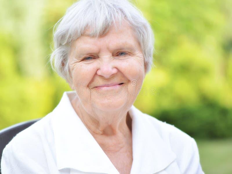 Starsza kobieta w ogródzie. obrazy royalty free