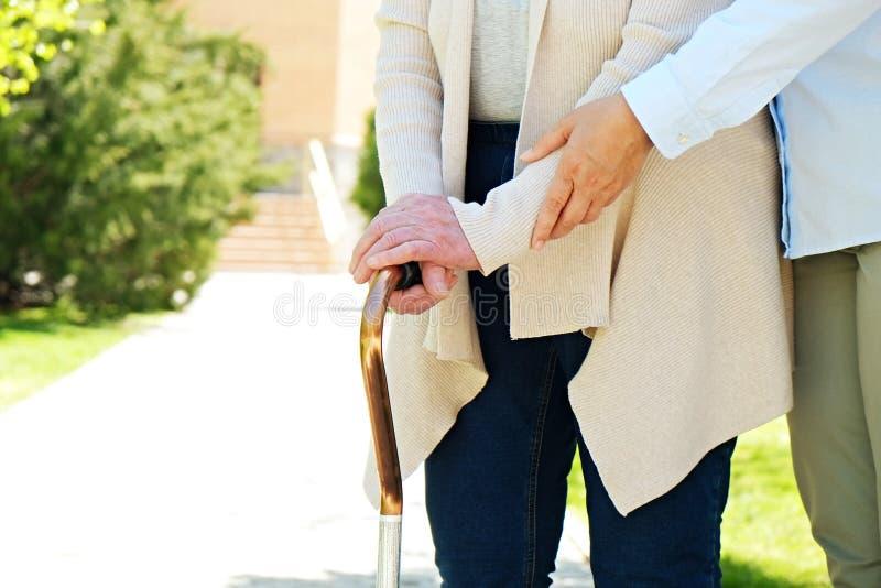 Starsza kobieta w parku na słonecznym dniu zdjęcie stock