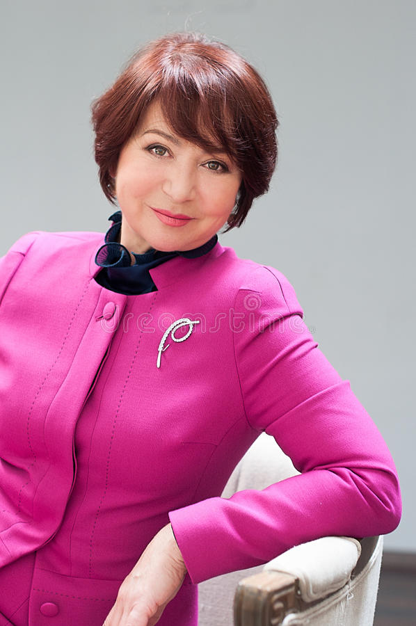 Starsza kobieta w różowej kurtce zdjęcie stock