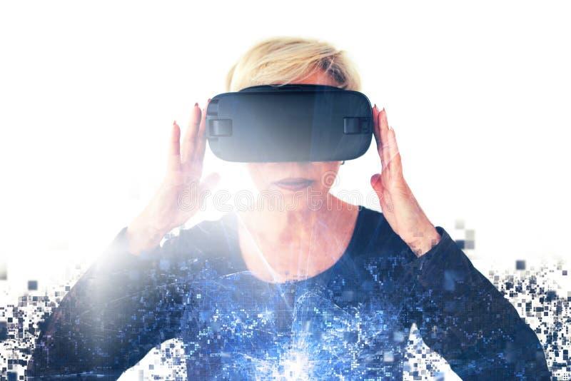 Starsza kobieta w rzeczywistość wirtualna szkłach rozprasza pikslami Konceptualna fotografia z wizualnymi skutkami z obrazy stock
